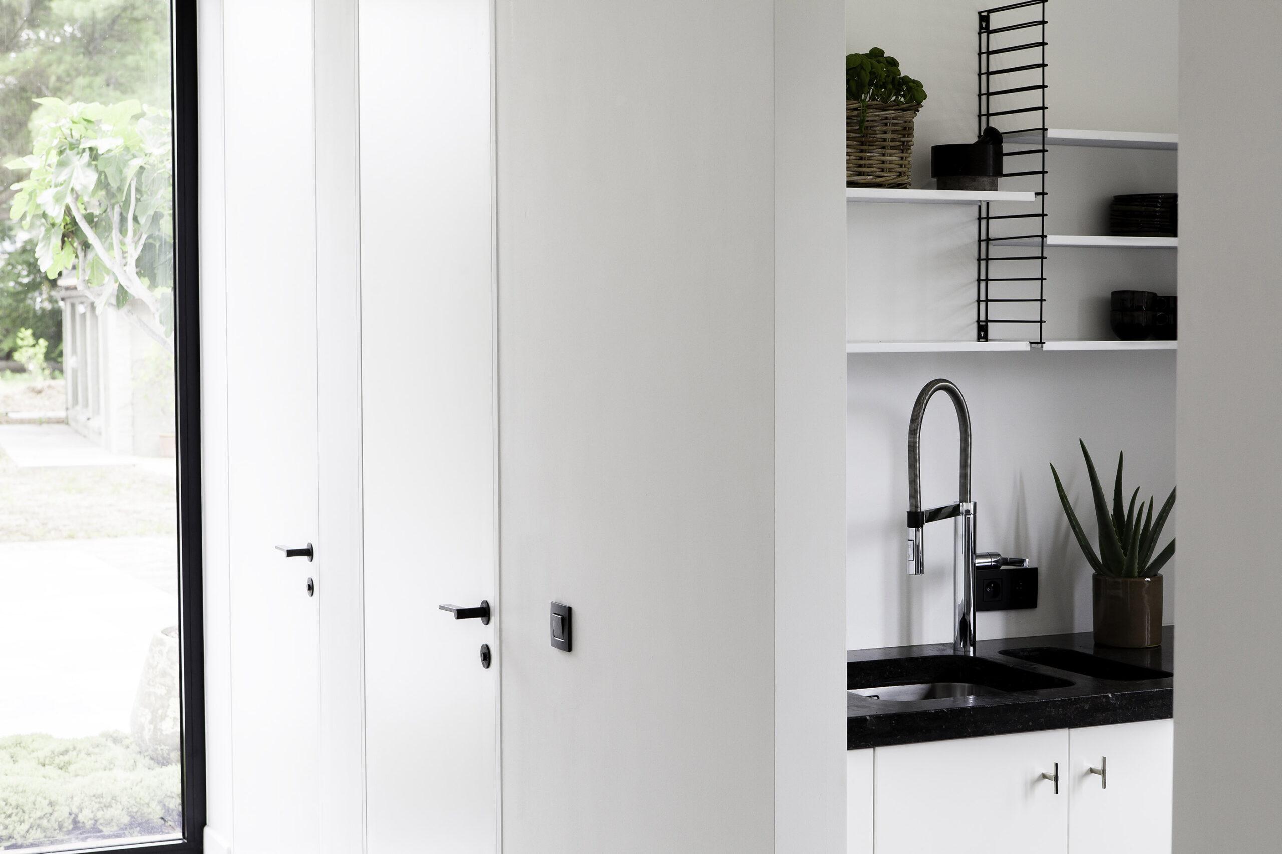 Bauhaus deurbeslag van Dauby in de toiletruimte van Fabriek 61